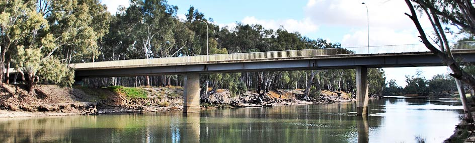 Murrumbidgee River with walking trails or enjoy fishing, canoeing & Skiing while staying